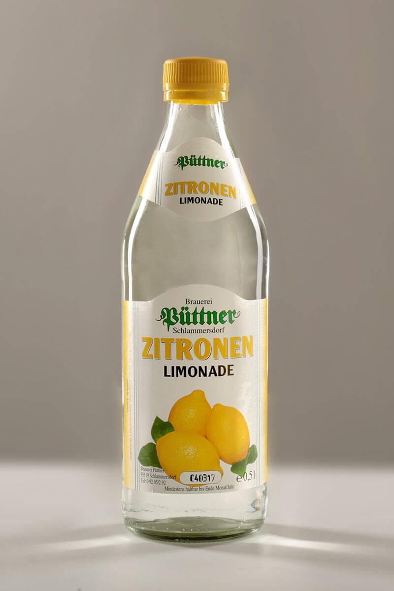 Zitronen-Limonade der Püttner Bräu, abgefüllt in Glasflaschen
